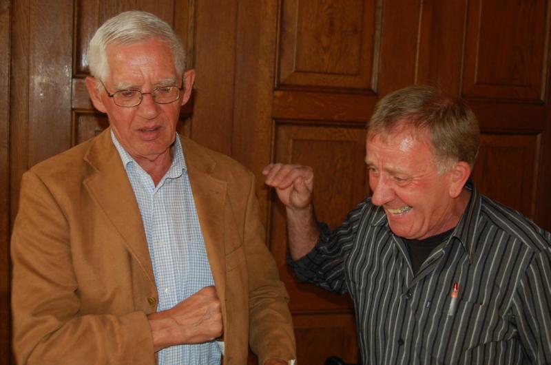001000 Meester Kronenberg met oud leerling Piet van de Broek