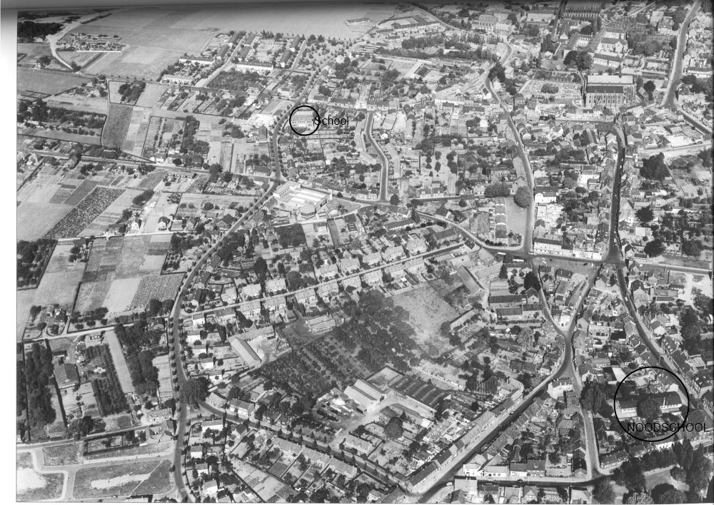 Rechtsonder is de noodschool nog zichtbaar.  Omdat dit een luchtfoto is uit 1959 zie je in de midden boven ook de Dr.poelsschool.